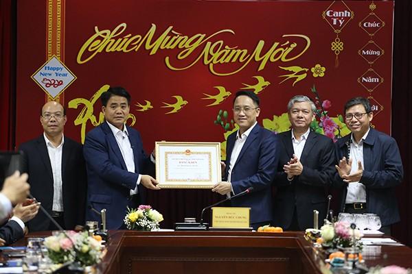 Chủ tịch UBND TP Nguyễn Đức Chung tặng bằng khen cho Cục thuế Hà nội