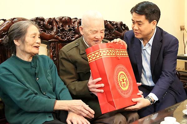 Chủ tịch UBND TP thăm hỏi và chúc Tết gia đình ông Bùi Văn Ấp (sinh năm 1937), là cán bộ bị địch bắt tù đày và thương binh tham gia kháng chiến chống Pháp