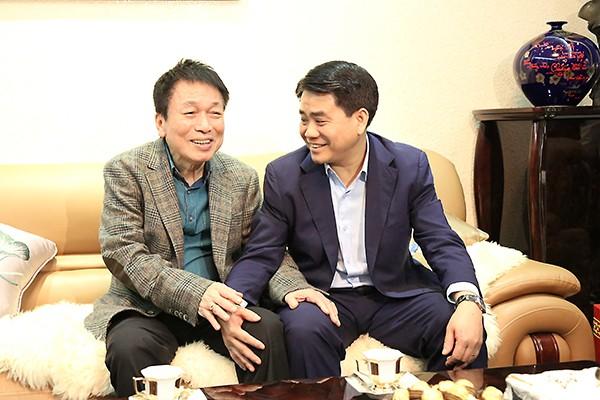 Chủ tịch UBND TP Nguyễn Đức Chung trao đổi cùng nhạc sỹ Phú Quang