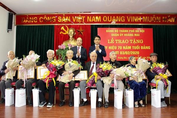 Chủ tịch UBND TP Nguyễn Đức Chung trao tặng các đảng viên lão thành quận Hoàng Mai Huy hiệu 70 năm tuổi Đảng