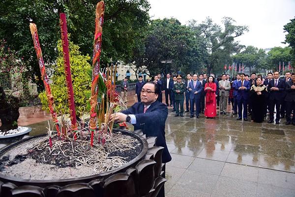 Các đồng chí lãnh đạo TP Hà Nội dâng hương tại Tượng đài vua Lý Thái Tổ