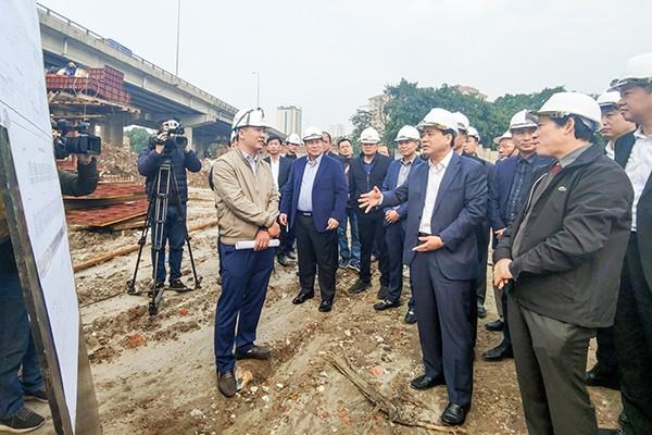 Chủ tịch UBND TP Nguyễn Đức Chung chỉ đạo nhà thầu bổ sung thêm nhân lực máy móc, đẩy nhanh tiến độ dự án để giảm ùn tắc trong khu vực