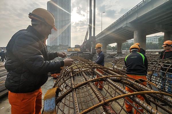 Các công nhân đang thi công tại công trường dự án