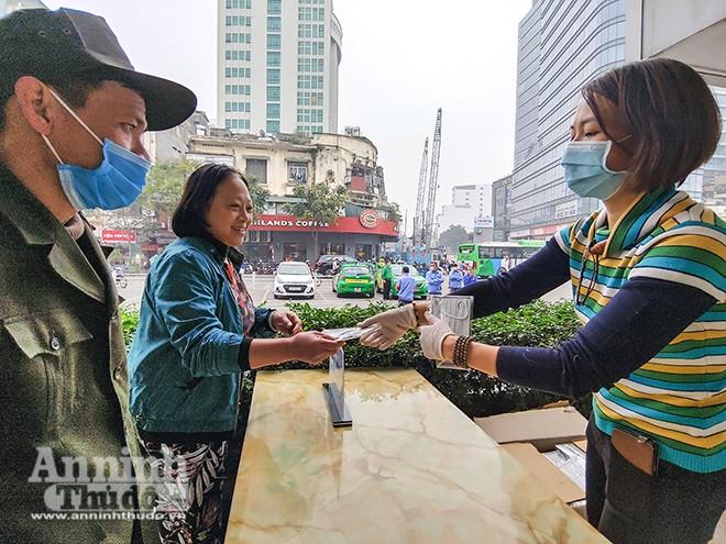 Báo An ninh Thủ đô phối hợp với nhóm thiện nguyện Hoa Cúc Xanh trao tặng miễn phí 75.000 khẩu trang y tế tại Hà Nội