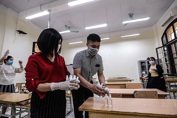 Vệ sinh, khử khuẩn lớp học, sẵn sàng đón học sinh đi học trở lại tại trường PTTH Phan Đình Phùng ngày 28-2