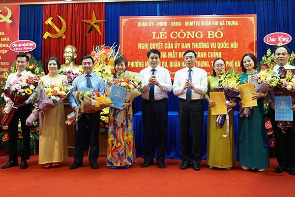 Chủ tịch UBND TP Nguyễn Đức Chung trao quyết định và chúc mừng phường Nguyễn Du, quận Hai Bà Trưng