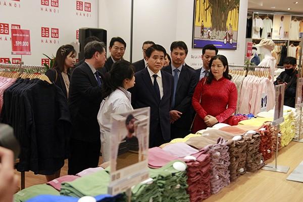 Chủ tịch UBND TP Hà Nội Nguyễn Đức Chung nghe giới thiệu về các sản phẩm dành riêng cho nhân dân Thủ đô