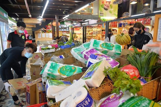 Cư dân Times City ra siêu thị mua mỳ tôm tích trữ