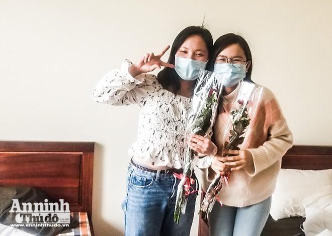 Biểu tượng chiến thắng và niềm vui của những nữ công dân Việt Nam và Hàn Quốc tại khu cách ly ở Bệnh viện CATP Hà Nội