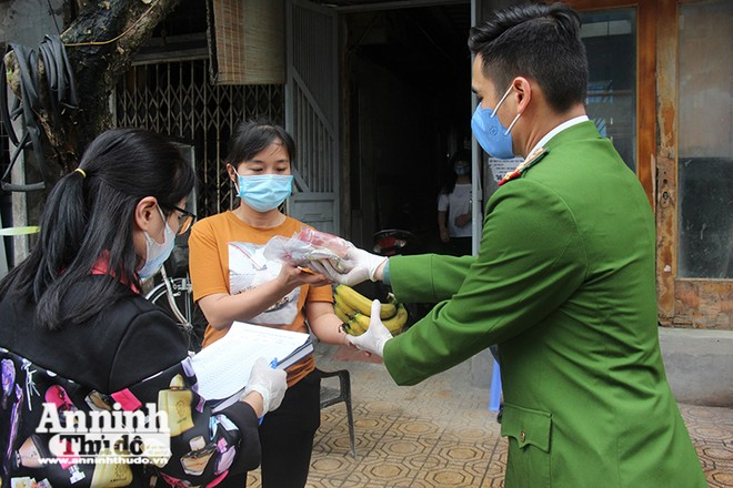 Công an Phường Trúc Bạch, quận Ba Đình cung cấp nhu yếu phẩm phục vụ người dân tại khu dân cư đang được cách ly để phòng Covdi - 19