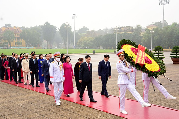 Đoàn đại biểu Thành ủy, HĐND, UBND, Ủy ban Mặt trận Tổ quốc Việt Nam thành phố Hà Nội vào lăng viếng Chủ tịch Hồ Chí Minh
