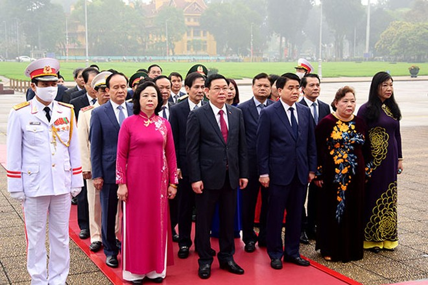 Các đồng chí lãnh đạo thành phố bày tỏ lòng thành kính và lòng biết ơn vô hạn đối với Chủ tịch Hồ Chí Minh