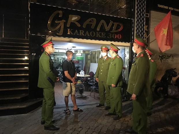 Công an Hà Nội nhắc nhở các cửa hàng kinh doanh dịch vụ không cần thiết đóng cửa để phòng dịch