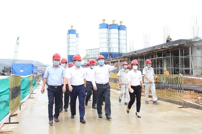 Chủ tịch UBND TP Hà Nội Nguyễn Đức Chung (thứ hai từ trái sang) nghe báo cáo tiến độ thi công dự án ở công trường