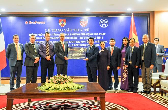 Chủ tịch UBND TP Hà Nội Nguyễn Đức Chung trao tặng vật tư y tế của thành phố Hà Nội tới Vùng Ile-de-France (Cộng hòa Pháp) để phòng, chống dịch Covid-19