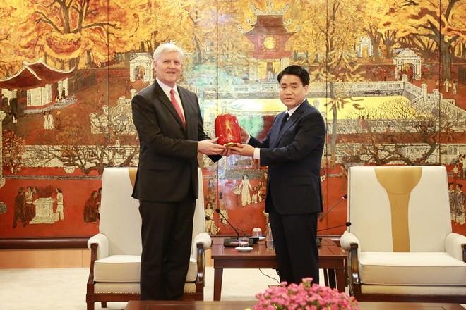 Chủ tịch UBND TP Hà Nội Nguyễn Đức Chung tặng ông Eric Sidgwick sản phẩm mỹ nghệ đặc trưng của Hà Nội