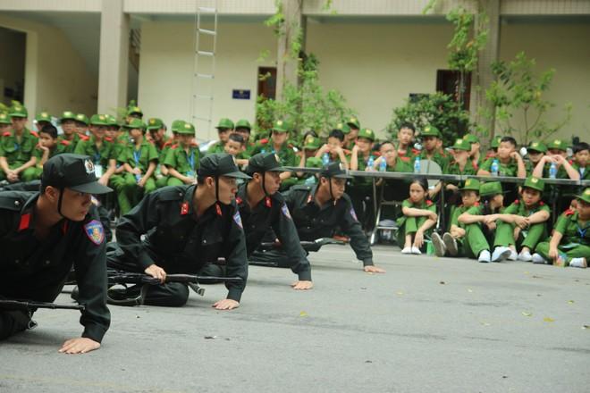 Các học viên tham quan Tiểu đoàn Cảnh sát đặc nhiệm, Trung đoàn CSCĐ, CATP