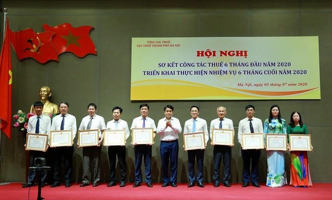 Chủ tịch UBND TP Nguyễn Đức Chung tặng Bằng khen cho các tập thể, cá nhân có thành tích xuất sắc