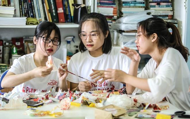 """Những """"Dũng sỹ tái chế"""" đang cùng biến vỏ gói mỳ tôm thành sản phẩm mỹ nghệ"""