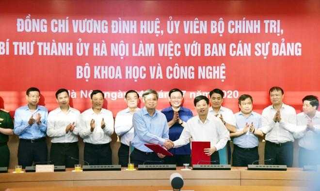 Lãnh đạo TP Hà Nội và Bộ KH&CN chứng kiến ký biên bản ghi nhớ hợp tác giữa TP và Bộ KH&CN