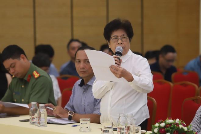 Cử tri Đào Tuyết Thanh phát biểu tại buổi tiếp xúc cử tri