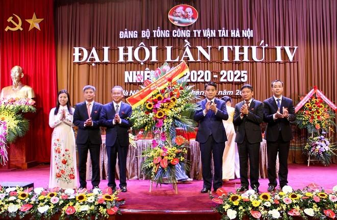 Chủ tịch UBND TP Hà Nội Nguyễn Đức Chung tặng lẵng hoa chúc mừng đại hội