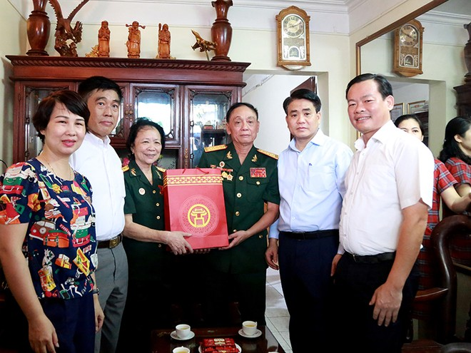 Chủ tịch UBND TP Nguyễn Đức Chung thăm hỏi, tri ân Đại tá, PGS.TS Hà Huy Thông và gia đình