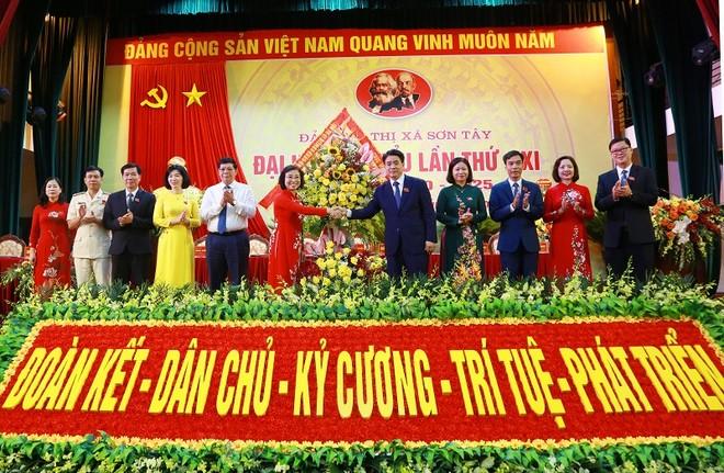 Chủ tịch UBND TP Nguyễn Đức Chung tặng hoa chúc mừng đại hội