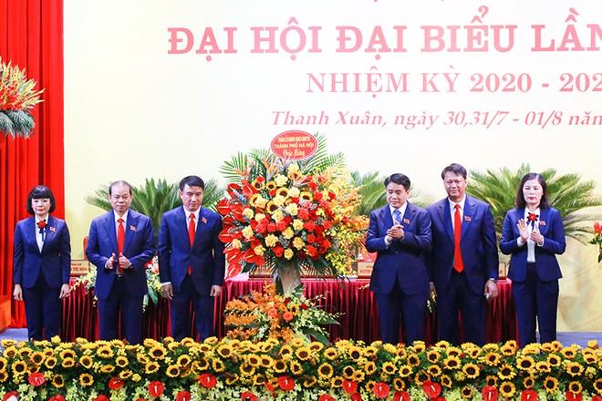 Chủ tịch UBND TP Nguyễn Đức Chung tặng lẵng hoa chúc mừng đại hội