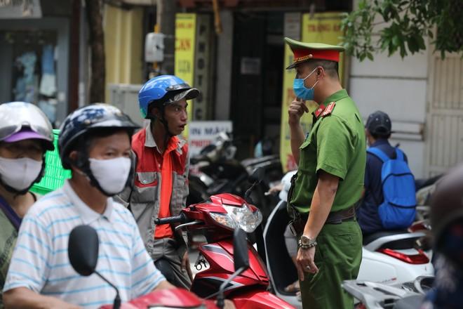 CATP Hà Nội nhắc nhở, xử lý các trường hợp không đeo khẩu trang nơi công cộng
