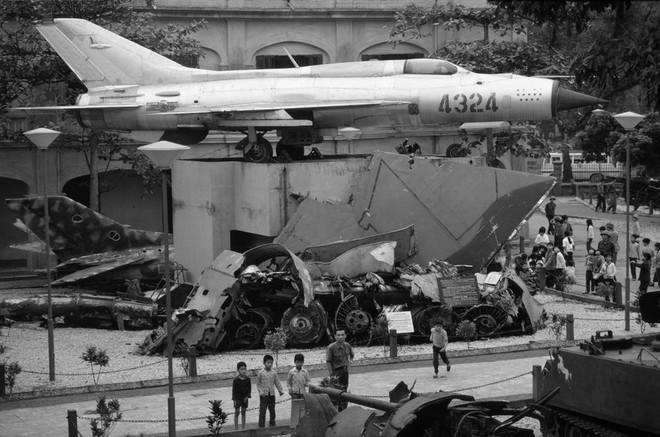 Chiếc MiG-21 mang số hiệu 4324 uy nghiêm, phía dưới là những chiếc máy bay Mỹ bị bắn rơi