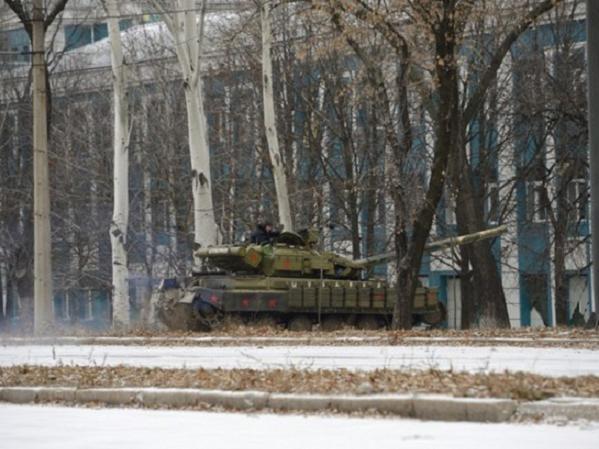 Một chiếc xe tăng T-72 tiến gần Sân bay Donetsk hồi tháng 11-2014
