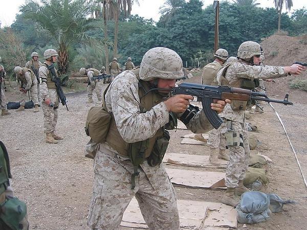Lính Mỹ đang luyện tập sử dụng súng AK-47