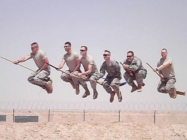 Cười vỡ bụng khi lính tráng... tinh nghịch ảnh 12