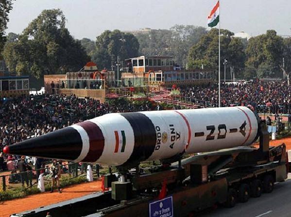 Tên lửa đạn đạo đất đối đất Igni-V của Ấn Độ trong một lễ duyệt binh