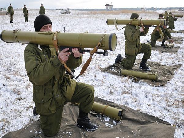 Binh lính Ukraine tham gia một cuộc diễn tập sử dụng vũ khí hôm 5-2