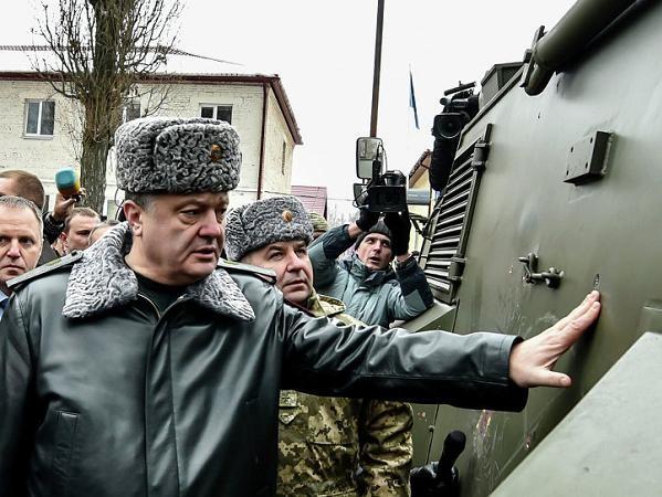 Tổng thống Ukraine Petro Poroshenko kiểm tra các xe bọc thép Saxon vừa nhận từ Anh