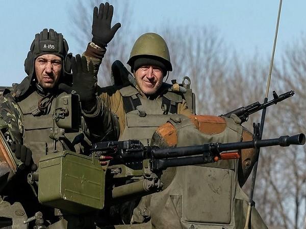 Lính Ukraine ngồi trên xe bọc thép triển khai gần thành phố Artemivsk hôm 22-2