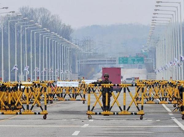 Lính Hàn Quốc gác tại cổng dẫn vào Khu công nghiệp chung Kaesong