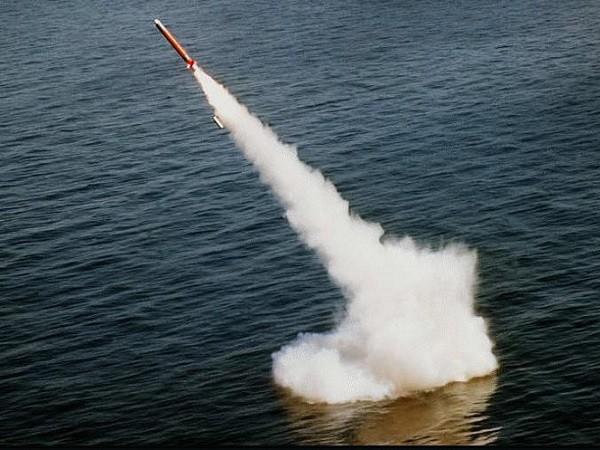 Một tên lửa hành trình Tomahawk được phóng từ tàu ngầm