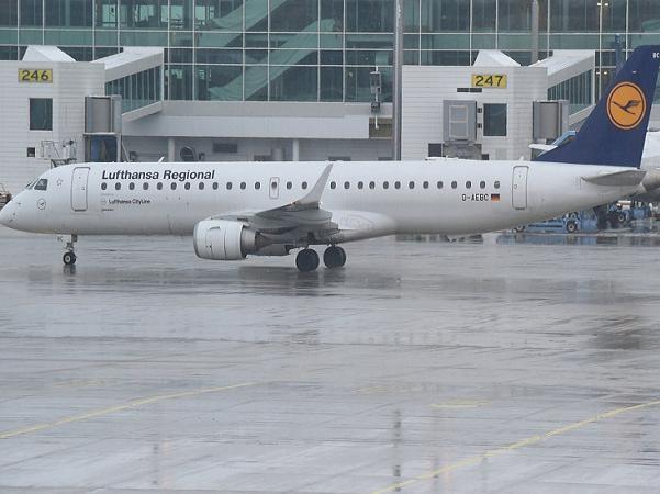 Máy bay Embraer ERJ-195 của hãng hàng không Đức Lufthansa