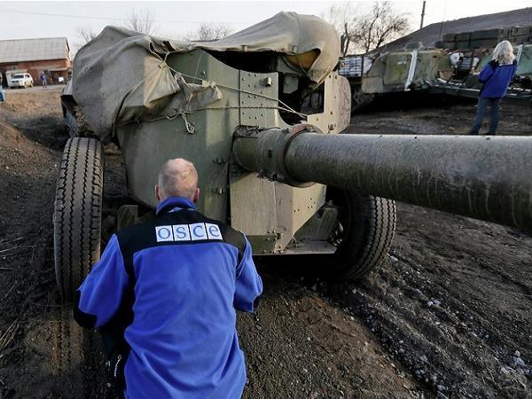 Nhân viên OSCE kiểm tra việc rút vũ khí khỏi khu vực giáp ranh tại miền đông Ukraine