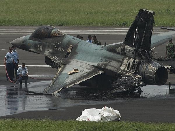 Chiếc máy bay chiến đấu F-16 của Indonesia bị cháy đen