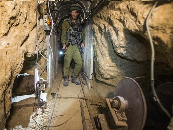 Lính Israel kiểm tra một đường hầm dưới lòng đất