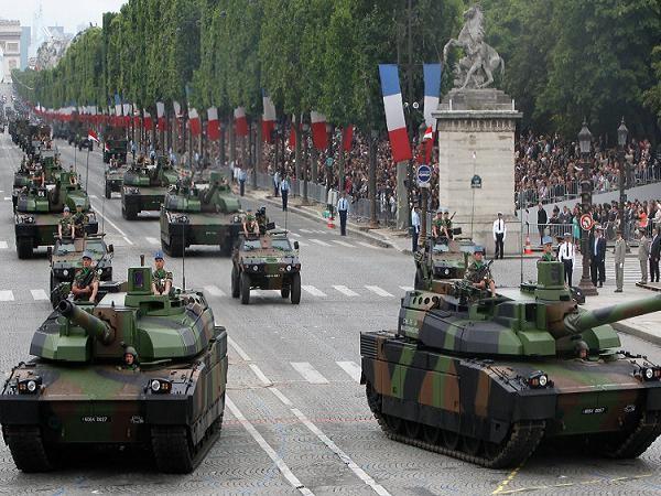 Xe tăng chiến đấu chủ lực Leclerc trong một buổi lễ diễu hành tại Paris