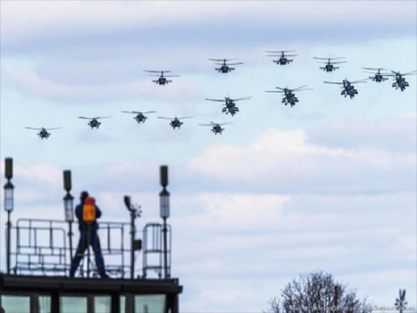 Rợp trời máy bay trên tại Quảng trưởng Đỏ của Nga ảnh 15