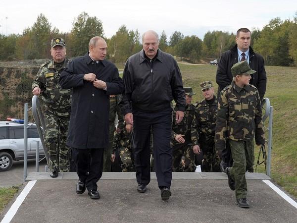 Tổng thống Nga Putin và Tổng thống Belarus Lukashenko thị sát một cuộc tập trận chung giữa quân đội 2 nước