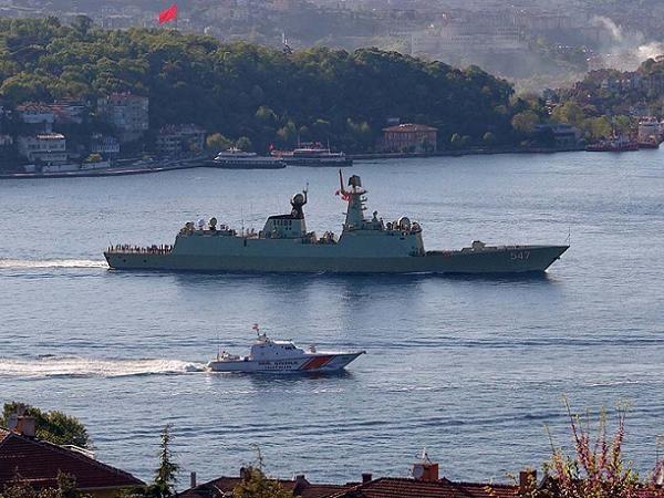 Khinh hạm Weifang vượt qua eo biển Bosphorus của Thổ Nhĩ Kỳ vào Biển Đen hôm 4-5