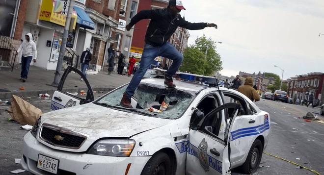 Người biểu tình da đen đập phá xe cảnh sát Baltimore