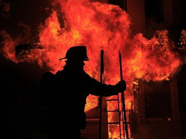Lính cứu hỏa Mỹ dập tắt những đám cháy do người biểu tình đốt phá